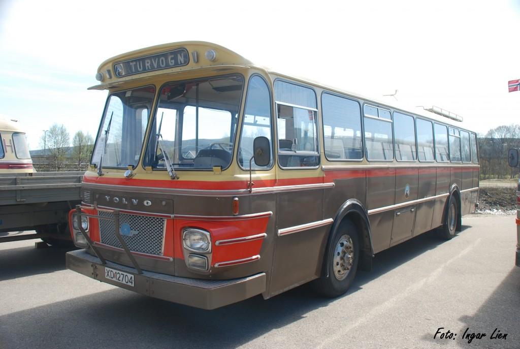 """XD12704 Volvo B57 Berg 1972 Denne bussen gikk som rutebuss for Fylkesbilene i Nord-Trøndelag og ble etter at den opp- nådde """"pensjonsalder"""" tatt vare på av RHF. Bussen er i original stand og representerer trøndersk busshistorie på flere plan – den er bygget hos Bjarne Berg karosserifabrikk på Byneset utenfor Trondheim – og den har gått som rutebuss i Nord-Trøndelag."""